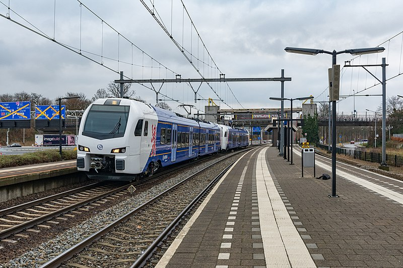 800px-Maastricht_Randwyck_Arriva_Flirt3_452-451_(31569478075)